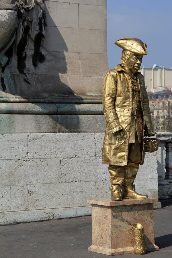 作为时装模特打扮的绅士盖在金油漆,站立在街角,巴黎,法国, 2016年 库存照片