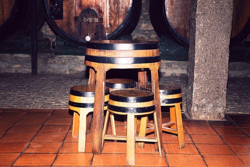 作为桌和椅子使用的老木桶 库存照片