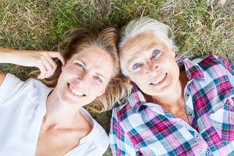 作为母亲的资深妇女有她的女儿的 免版税库存照片