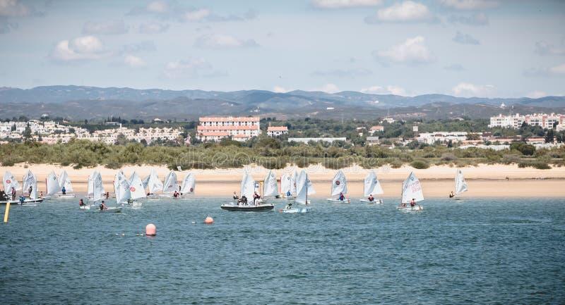 作为水手打扮的人们采取在Ria福摩萨,Tavira,葡萄牙的一个小船教训 免版税库存图片