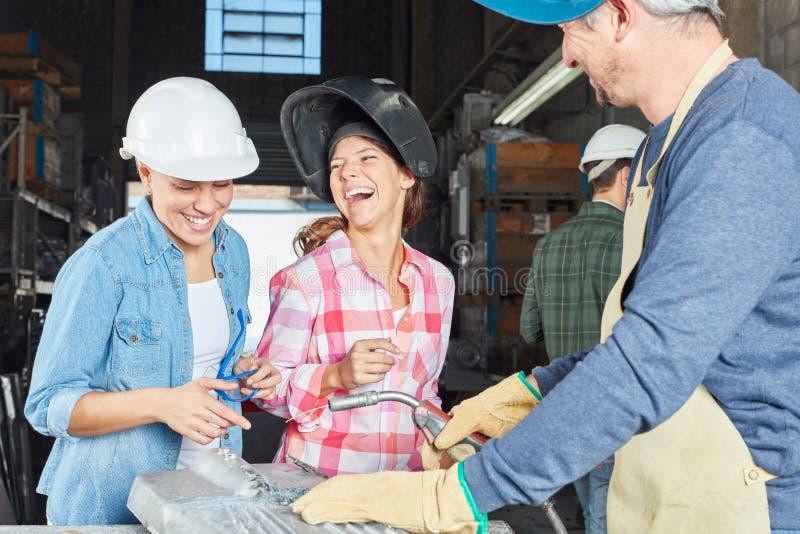 作为焊工的学徒的妇女 库存图片