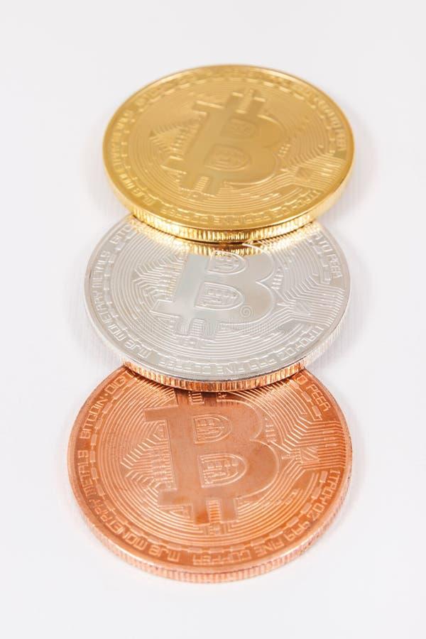 作为电子真正金钱,在白色背景,现代财务概念的cryptocurrency硬币的标志的Bitcoin 免版税库存照片