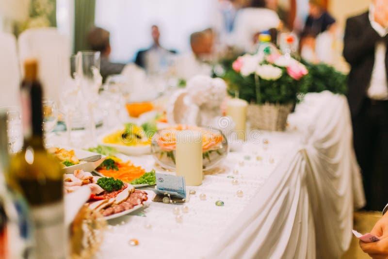 作为礼物的票据在桌特写镜头的婚礼 免版税库存照片