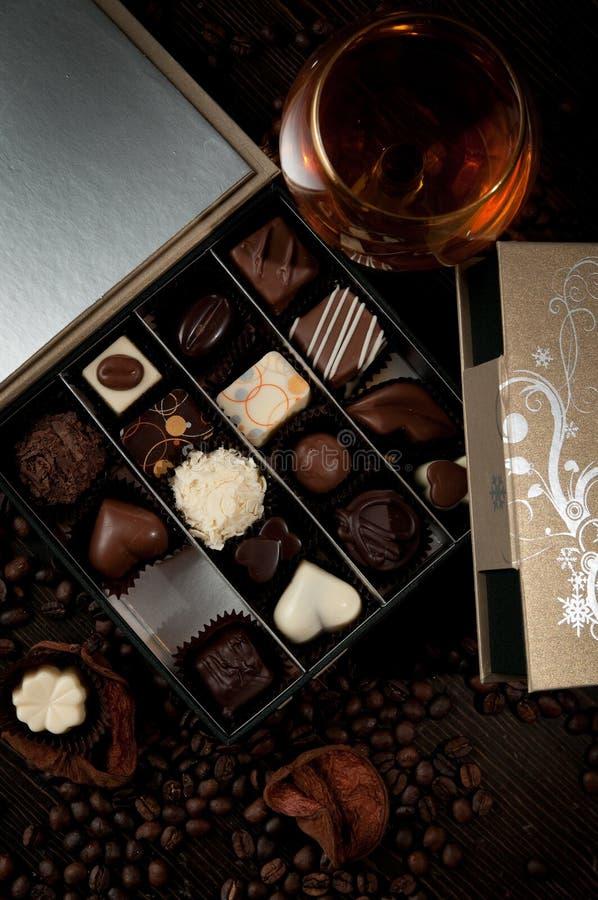作为礼物被接受的豪华箱果仁糖新一杯白兰地酒 免版税库存照片