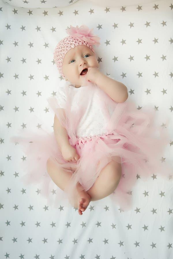 作为神仙、公主、天使或者芭蕾舞女演员打扮的可爱的可爱宝贝女孩坐看拷贝空间的白色背景 免版税库存图片