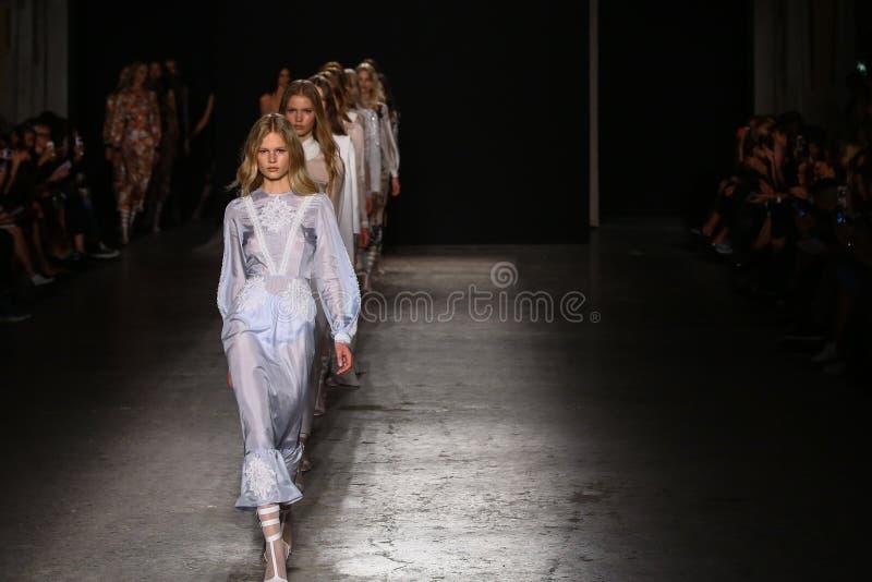 作为米兰时尚星期一部分,模型步行在弗朗切斯科斯科尼亚米利奥展示期间的跑道结局 库存照片