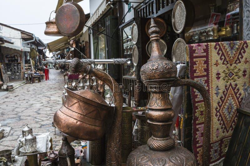 作为纪念品的铜产品访客和游人的在老镇 免版税库存图片