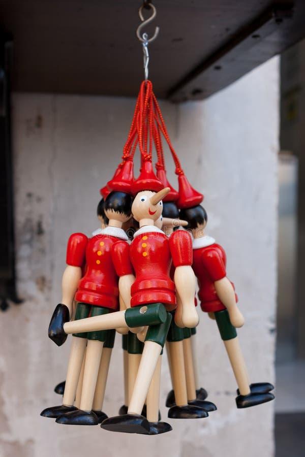 作为纪念品销售的木木偶奇遇记的小雕象在古比奥,翁布里亚 图库摄影