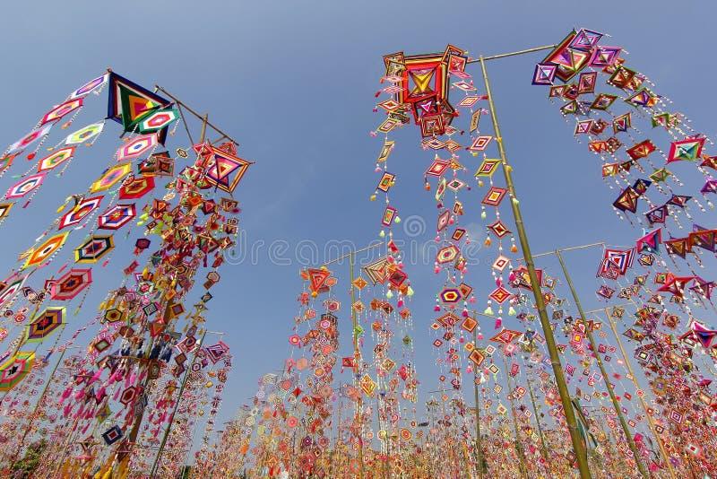 作为背景的五颜六色的桐树旗子,Isan加拉信泰国桐树旗子  库存照片
