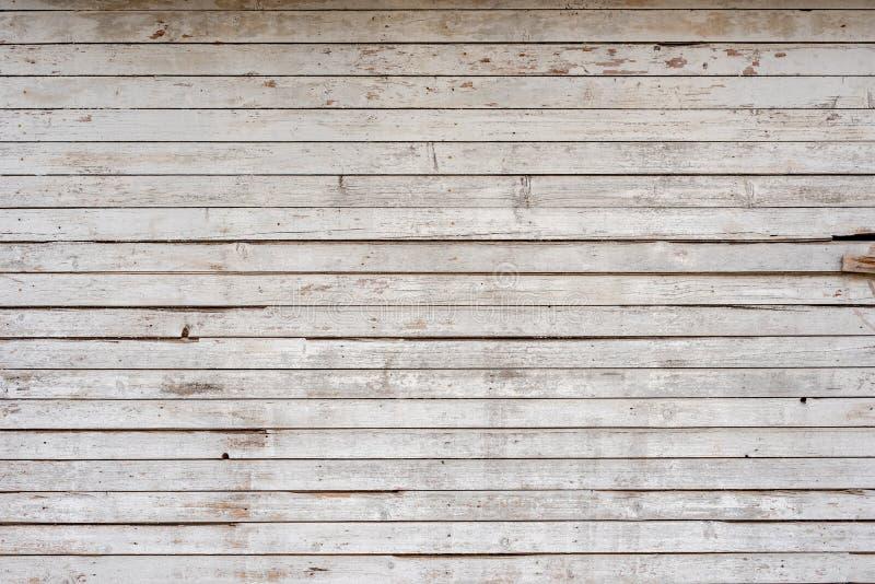 作为背景的白色老被风化的木板条墙壁 免版税库存图片