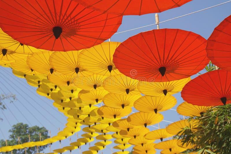 作为背景的黄色,红色纸伞装饰 图库摄影