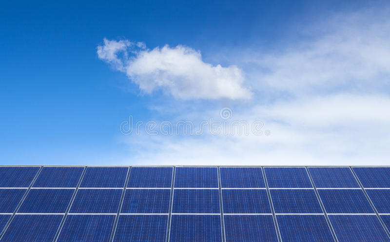 作为蓝色能源的航空全球好问题镶板太阳污染可延续的天空这样温暖 库存照片