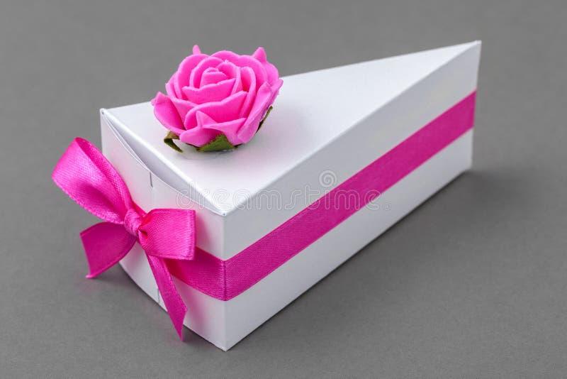 作为蛋糕被做的纸箱 用丝带和玫瑰装饰的原始的小礼物盒 免版税图库摄影