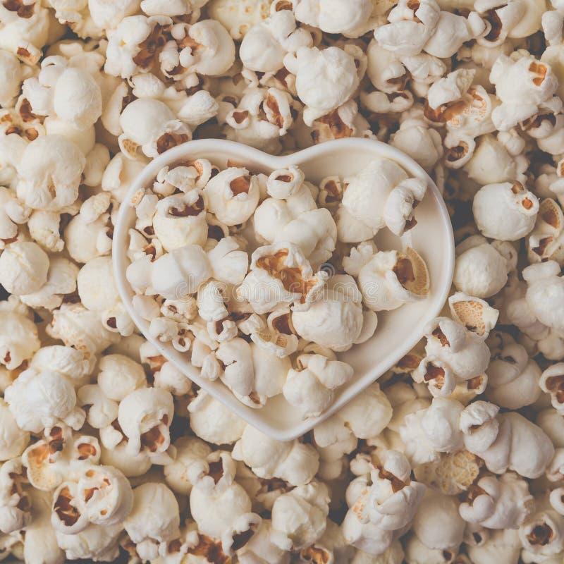 作为详细的特写镜头射击,心形的碗,顶视图的一些自创玉米花 Instagram铜铍过滤器 免版税库存图片