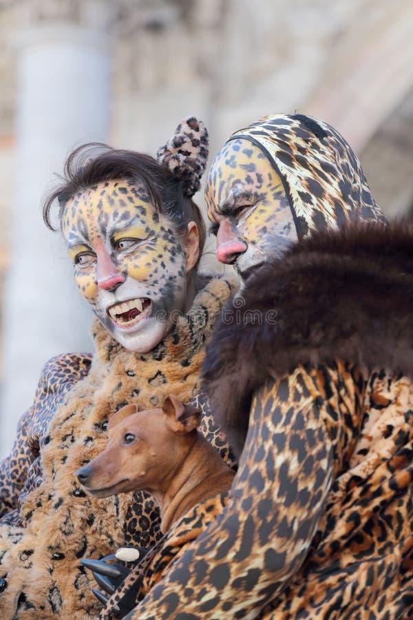 作为豹子假装的夫妇在威尼斯期间狂欢节  库存照片