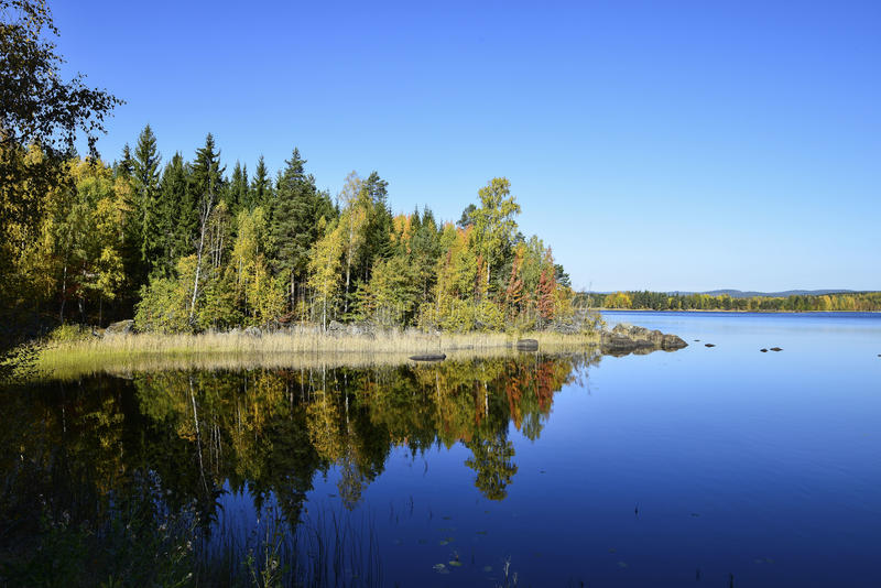 作为镜子的水 从Swedens wunderful自然的照片 免版税库存照片