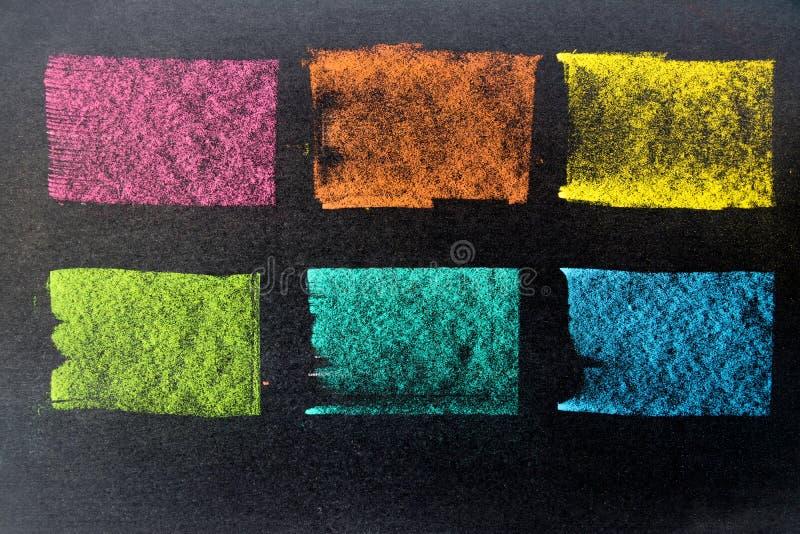 作为镶边线的多颜色粉笔画在黑委员会backgro 免版税库存图片