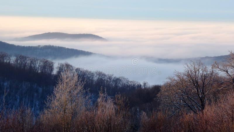 作为雾的云彩在山在秋天 免版税库存图片