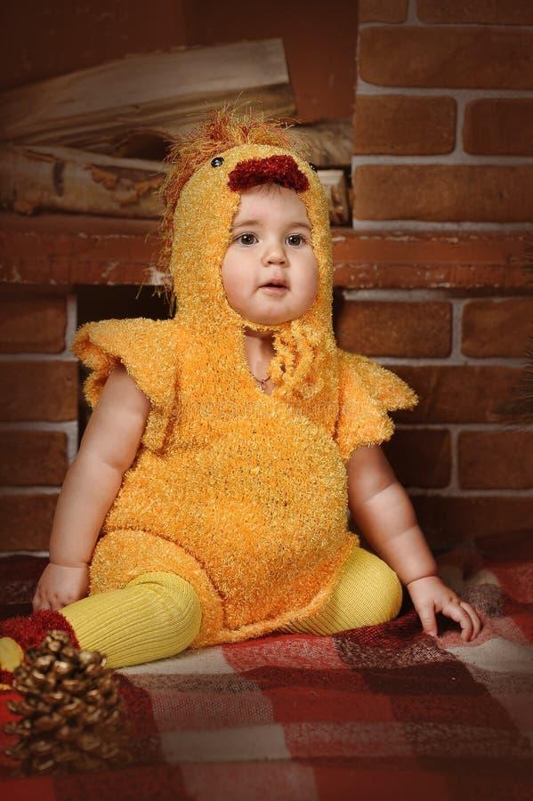 作为鸡打扮的小女孩 免版税库存图片