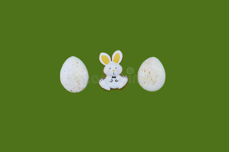 作为鸡蛋和野兔的复活节姜饼 图库摄影