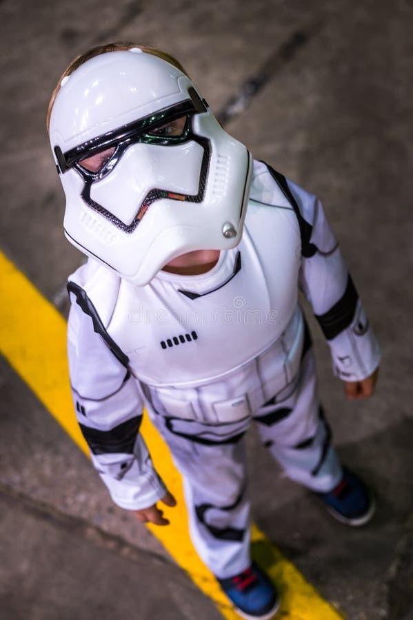 作为从星际大战的一个突击队员穿戴的儿童cosplayer 库存照片