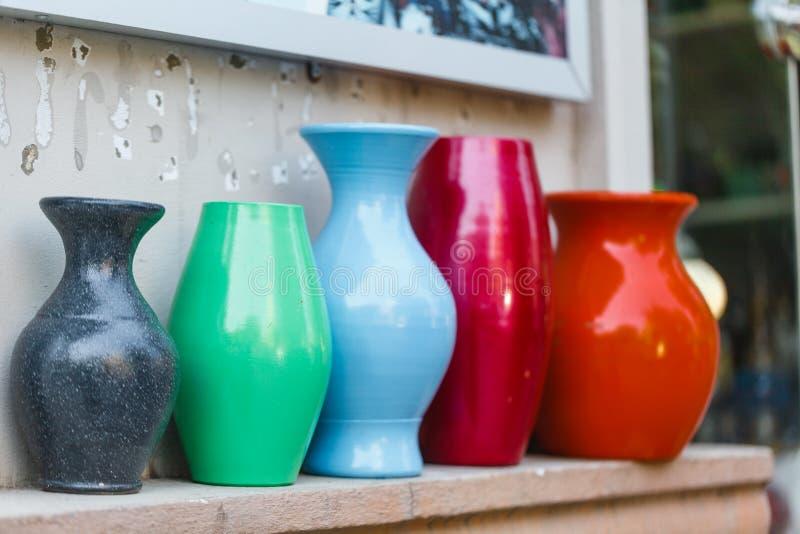作为decoк的瓷花瓶在街道商店 免版税库存照片
