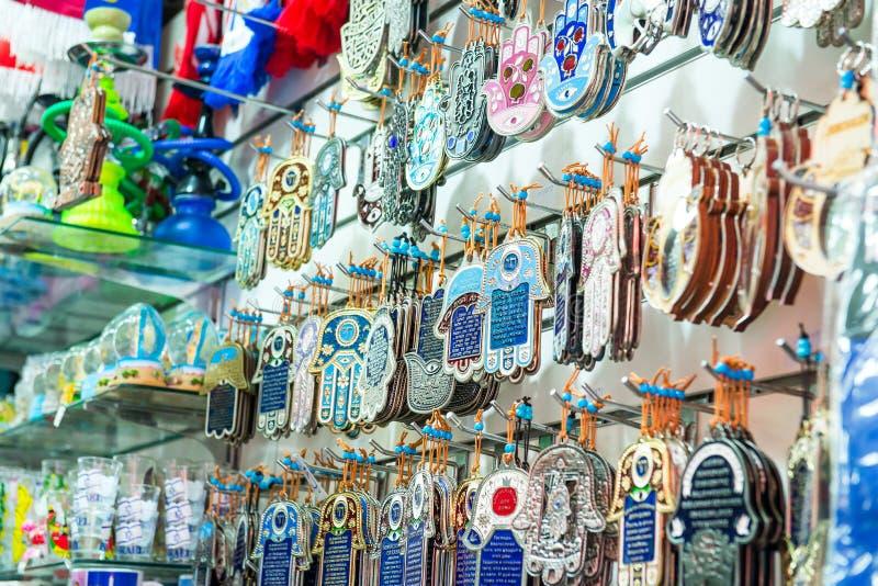 作为Hamsa的不同的犹太纪念品与沙洛姆和平和其他销售在普遍的市场在特拉维夫,以色列 有选择性的f 免版税库存照片