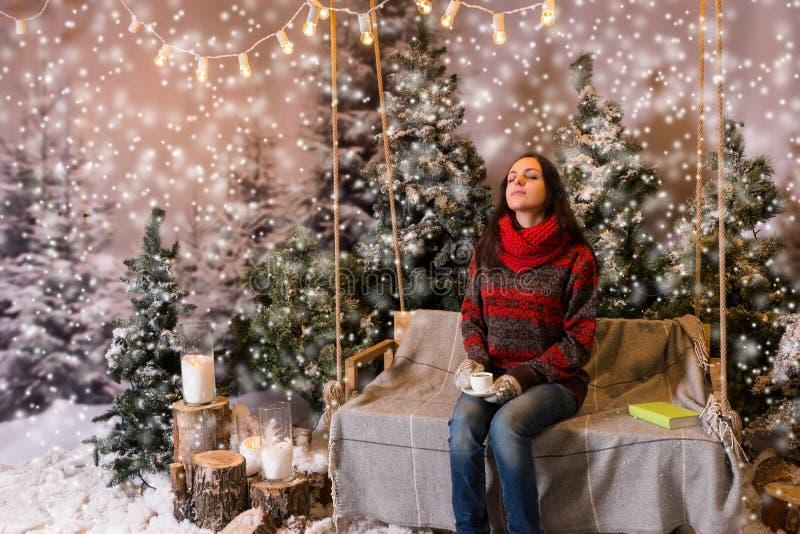 作在摇摆的年轻人女性开会与毯子在Th下 免版税库存照片