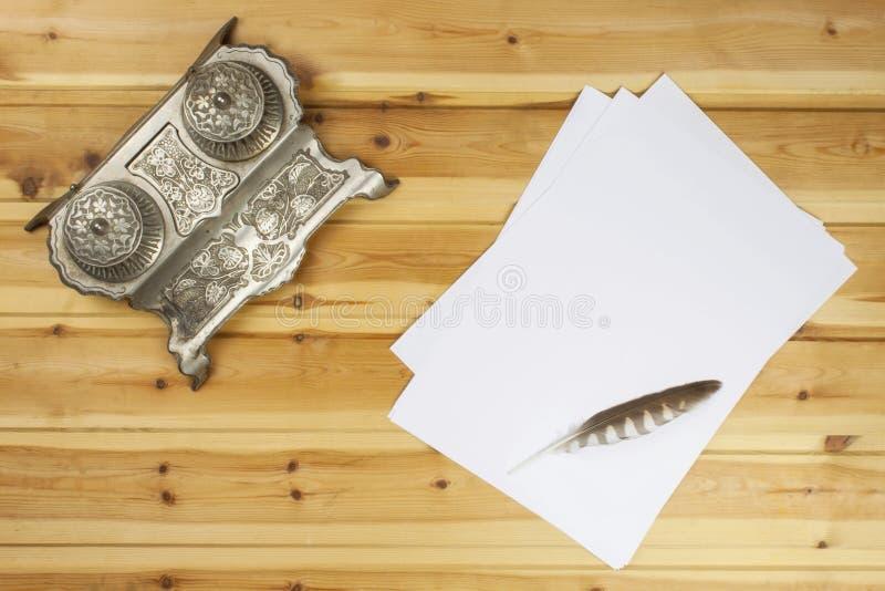 作家写一本小说 创造成功案例 笔在一张木桌上的办公室 库存图片