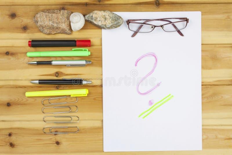 作家写一本小说 创造成功案例 笔在一张木桌上的办公室 库存照片