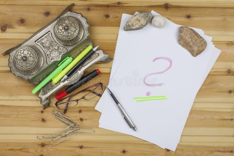 作家写一本小说 创造成功案例 笔在一张木桌上的办公室 免版税库存照片