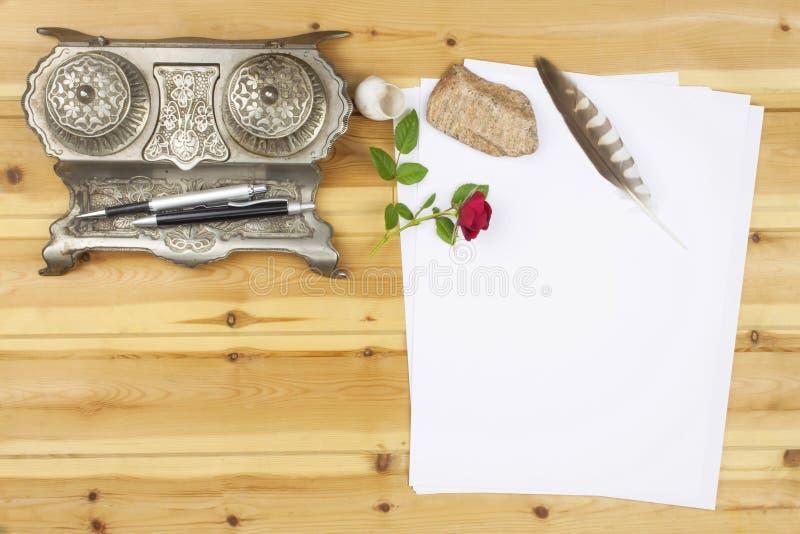 作家写一本小说 创造成功案例 笔在一张木桌上的办公室 图库摄影