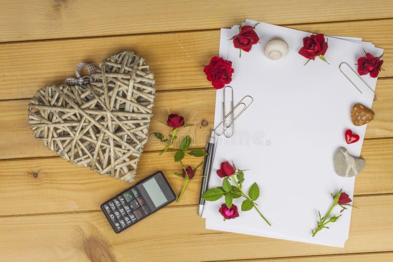 作家写一本言情小说 一封情书为情人节 在纸写的爱的声明 图库摄影