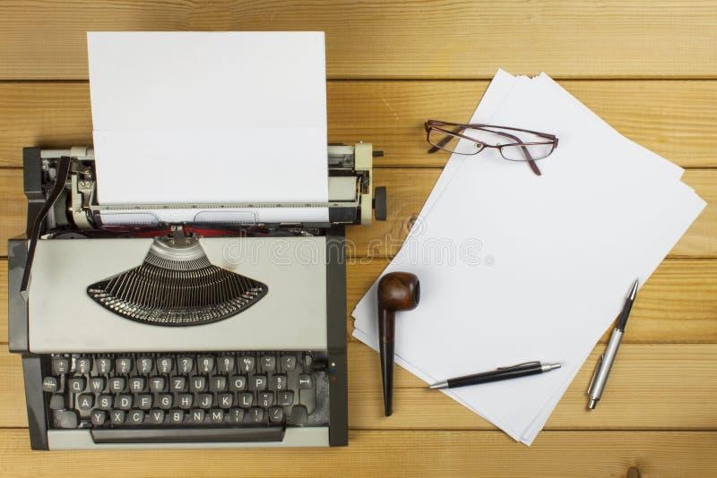 作家写一本言情小说 一封情书为情人节 在纸写的爱的声明 免版税库存图片
