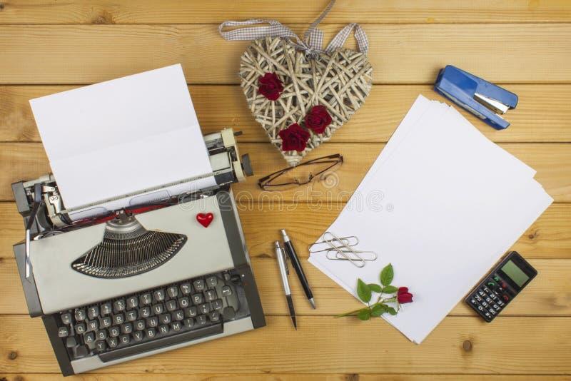 作家写一本言情小说 一封情书为情人节 在纸写的爱的声明 库存图片