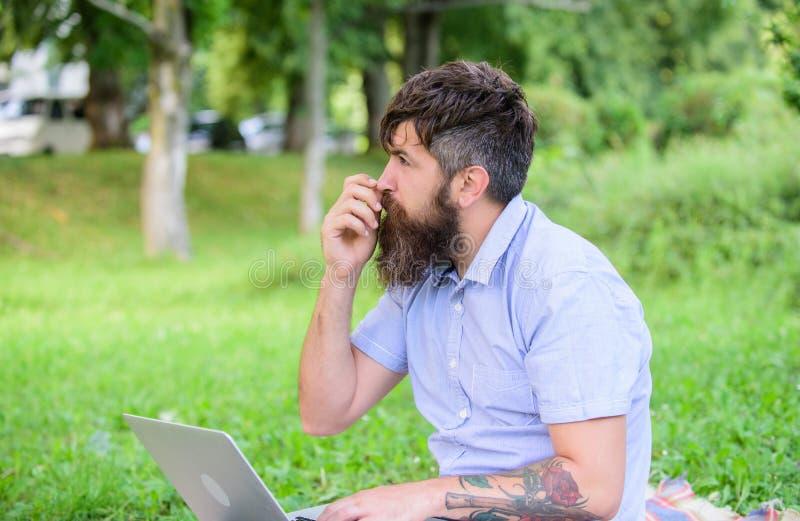 作家或博客作者为人脉写岗位 博客作者周道的面孔创造内容 有膝上型计算机的行家博客作者 库存图片