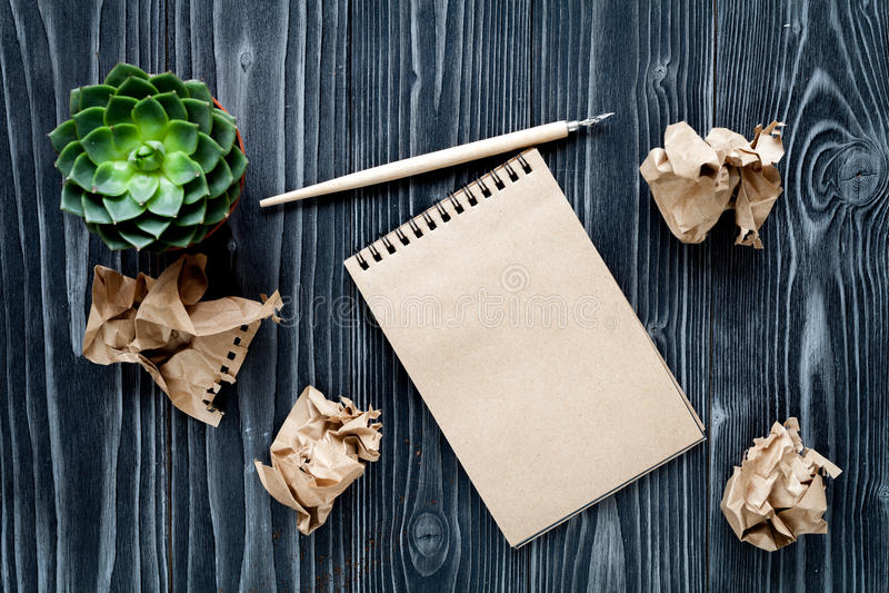作家桌面木背景顶视图嘲笑的概念 免版税库存照片