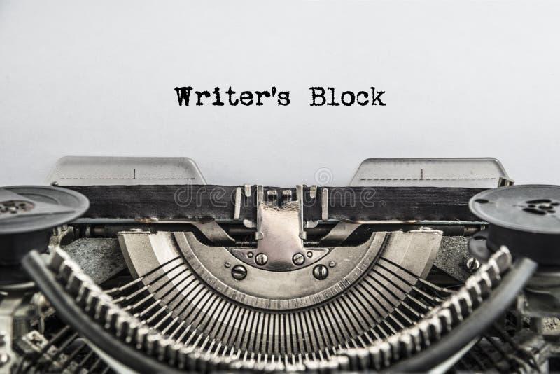 作家阻拦在葡萄酒打字机的被键入的文本 库存图片