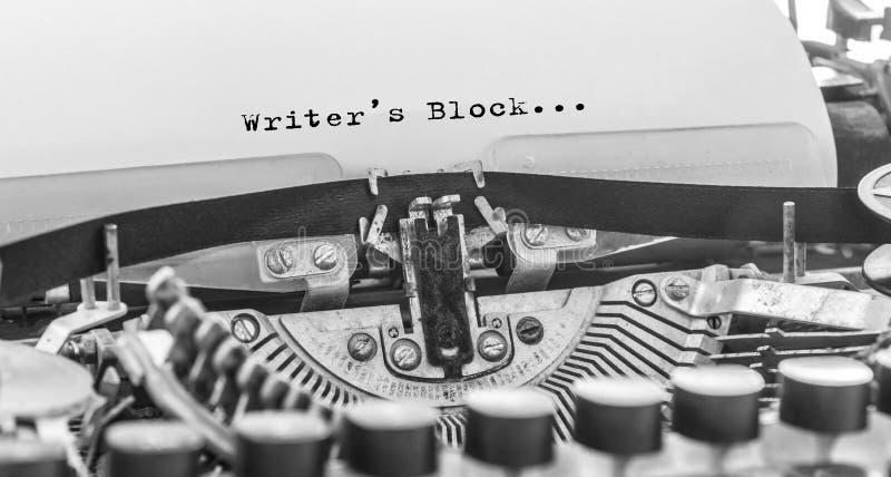 作家阻拦在葡萄酒打字机的被键入的词 库存照片