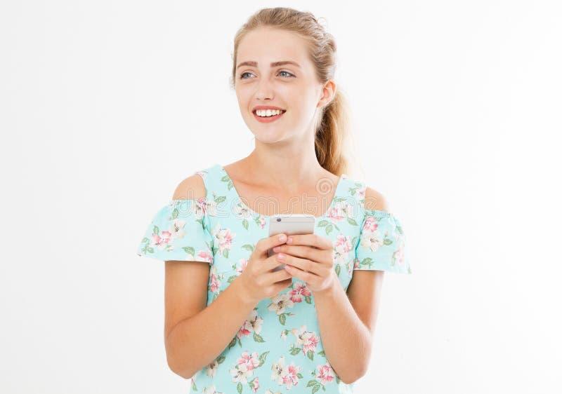 作微笑的妇女举行手机 特写镜头年轻愉快的美丽的亚裔日本妇女 看流动手机的女孩 免版税库存照片