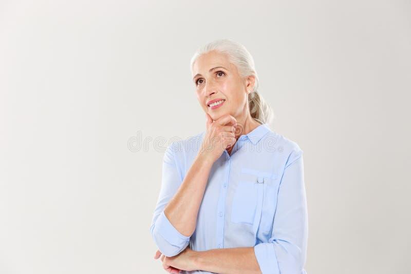 作快乐的老妇人画象,接触她的下巴, looki 库存图片