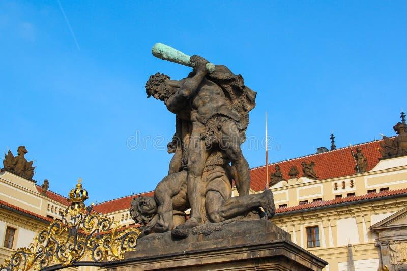 作战的巨人雕象城堡门的在Hradcany,布拉格,捷克 免版税库存图片