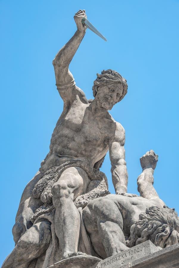 作战的巨人雕象有一把匕首的在Hradc主闸  库存图片