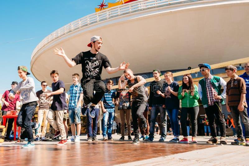 作战舞蹈青年队在城市节日  免版税库存照片