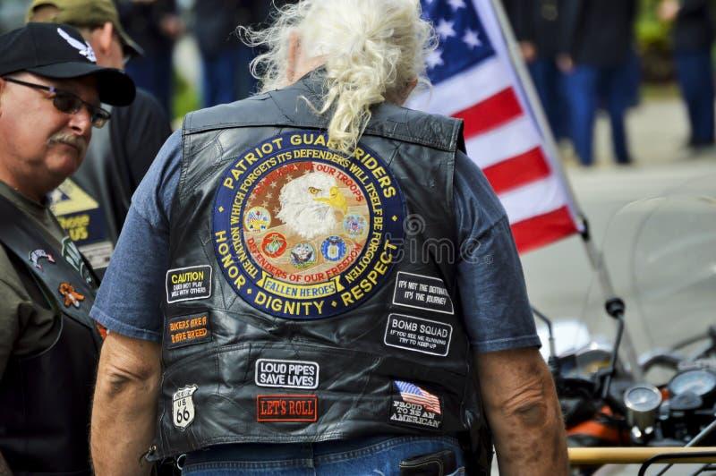 作战退伍军人穿有补丁的皮革背心 图库摄影
