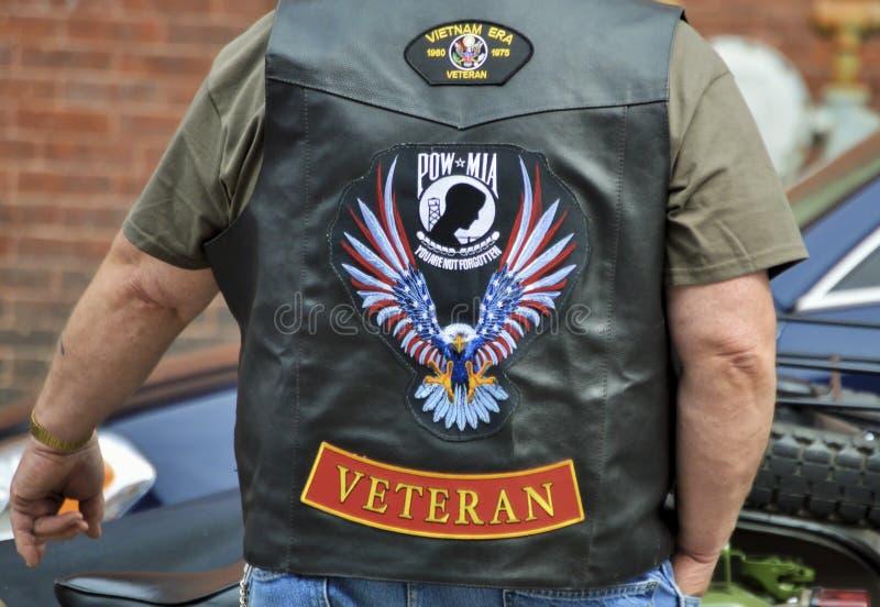 作战退伍军人穿有补丁的皮革背心 免版税库存照片