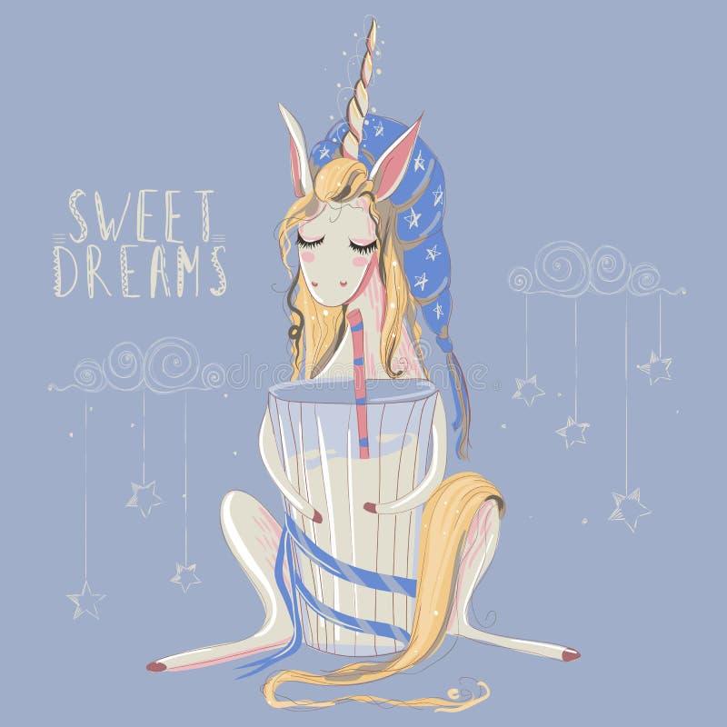 作梦与大杯的逗人喜爱的手拉的独角兽与镶边秸杆和蓝色睡觉帽子的牛奶 免版税库存图片