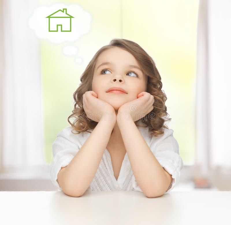 作梦关于房子的女孩 库存图片