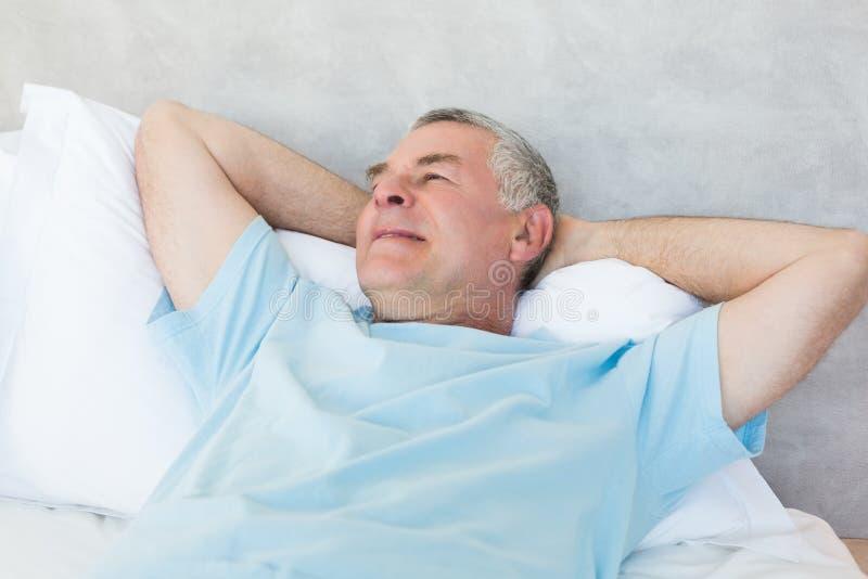 作梦在床上的老人天 免版税库存图片