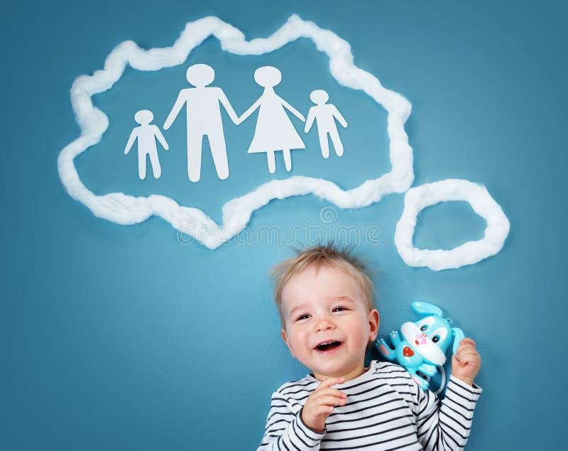 作梦家庭的小男婴 免版税库存图片